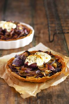 Red onion and goats' cheese tarts Savory Pastry, Savory Tart, Quiches, Wine Recipes, Cooking Recipes, Good Food, Yummy Food, Cheese Tarts, Goat Cheese