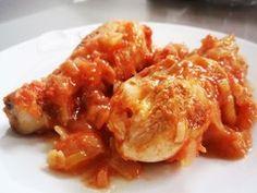 POLLO CON TOMATE Y VINO BLANCO INGREDIENTES Para dos personas 2 muslos y sus contramuslos de pollo – 250ml de vino blanco – 2 cucharadas de aceite de oliva – una cebolla – 2 dientes de ajo – lo blanco de un puerro – un tarro de salsa de tomate – una cayena – sal