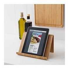 IKEA - RIMFORSA, Stojan na tablet, Stojan můžete umístit na pracovní desku, nebo zavěsit na stěnu a uvolnit tak více prostoru na vaření. Výrobek je dostatečně stabilní na knihy i tablety. Stojan je vyrobený z odolného materiálu vhodného pro každodenní použití.