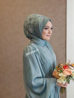 Image may contain: 1 person standing and flower Tesettür Ayakkabı Modelleri 2020 Hijabi Wedding, Wedding Hijab Styles, Muslimah Wedding Dress, Muslim Brides, Pakistani Wedding Dresses, Muslim Girls, Muslim Women, Muslim Couples, Dress Muslimah