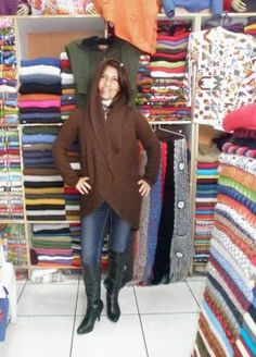 Braune Kapuzen #Strickjacke aus #Alpakawolle In allen Größen lieferbar. Die Jacke ist aus samtweicher Alpakawolle gefertigt Eine wunderschön elegantes Modell aus den besten Materialien.  Die Alpakawolle, zaehlt zu den kostbarsten Wollsorten weltweit.  Ein Hochgenuss wenn Sie edle Stoffe und Materalien lieben.