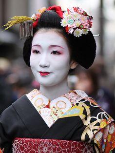 cherrybloss0mgirl:    geisha-licious:    Fukuho    beautiful make-up
