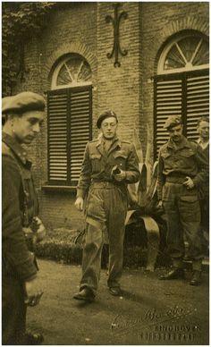 Het bezoek van prins Bernhard aan Eindhoven: Prins Bernhard bij de ingang van huize Ravensdonck - Beurden, A. van (fotograaf)