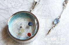 - 胸元の太陽系 -天然石を惑星に見立てて木星と火星の軌道の間にある小惑星帯より内側の水星、金星、地球、火星までの惑星を銀色の空枠に入れてみました。 各種天然石はそれぞれ・水星:オブシディアン・金星:アラゴナイト・地球:カイヤナイト・火星:レッドメノウを使用しています。公転軌道上に配置してある各惑星は2014年12月1日の位置となってます。空枠の大きさは3cmチェーンは60cmほどあります。