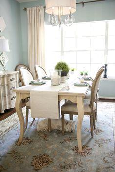 Voici ma salle à manger. Il y a une table et quatre chaises. Je l'aime parce que il est classique.