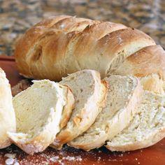 Pão Caseiro Econômico - Dissolva o fermento no açúcar, acrescente metade da água morna, mexa bem e incorpore o sal, a manteiga e o ovo. Despeje a farinha pen...