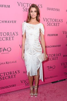 angel Taylor Hill on the in a white Marchesa fringe dress carrying the Inge Christopher STELLA Foldover Clutch Taylor Marie Hill, Fashion Shows 2015, Victoria's Secret, Red Carpet Looks, Pink Carpet, Clothing Blogs, Victoria Secret Fashion Show, Dress To Impress, Nice Dresses