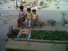 crianças em local onde pai foi assassinado. fonte: Abed Enen
