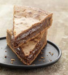 Préchauffez votre four Th.6 (180°C). Dans un saladier, faites fondre 130 g de chocolat et le beurre 2 minutes au four à micro-ondes à 500W. Ajoutez le sucre, les œufs, la farine. Mélangez bien. Ajoutez le reste du chocolat haché en grosses pépites. Beurrez et farinez votre moule et versez la pâte à gâteau. Faites cuire au four environ 15 minutes. A la sortie du four le gâteau ne paraît pas assez cuit, c'est normal, laissez-le refroidir puis démoulez- le.