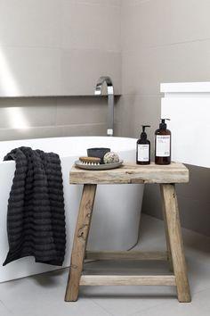 Ein kleiner Beistelltisch aus Holz sieht cool aus und ist obendrein super praktisch #bathroom #sidetable #interior