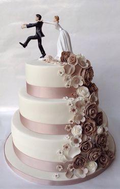 Bruidstaart met waterval van bloemen en bruidspaartopper