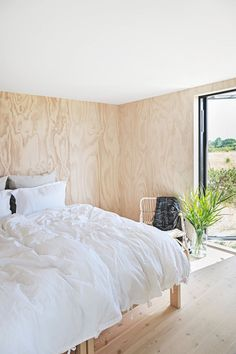 Natural materials and large windows overlooking the countryside in this Danish summerhouse Summer House Interiors, Bungalow Interiors, Wood Interiors, Cottage Interiors, Cottage Design, House Design, Plywood Interior, Plywood Walls, Pine Plywood