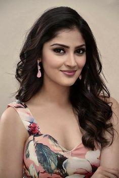 Girl Face, Zarine Khan Hot, Cute Beauty, Beauty Full Girl, Beauty Women, Beautiful Women, Beautiful Girl Indian, Indian Beauty Saree, Model Photos
