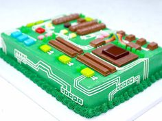 Even if you can't fix your own computer, YouTube celeb chef Rosanna Pansino shows how to decorate a cake to look like the inside of a computer.