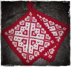 Julegryteklut pattern by Jorunn Jakobsen Pedersen - Topflappen Sitricken Crochet Potholders, Knit Crochet, Knitting Charts, Knitting Patterns, Biscornu Cross Stitch, Knitted Flowers, Christmas Hat, Double Knitting, Knitting Projects