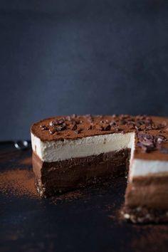 A classic reinvented totally dairy-free, gluten-free in a cake form: Raw Vegan Tiramisu Cake Raw Vegan Desserts, Raw Vegan Recipes, Vegan Sweets, Health Desserts, Gourmet Recipes, Delicious Desserts, Cake Recipes, Dessert Recipes, Gourmet Foods