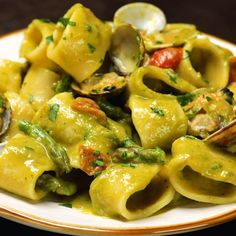 Asparagus and clam cream calamarata with cherry tomatoes - Al.ta Cucina, Food And Drinks, Asparagus and clam cream calamarata with cherry tomatoes - Al. Italian Pasta, Italian Dishes, Italian Recipes, Pasta Con Calamari, Pasta Recipes, Cooking Recipes, Asparagus Pasta, Weird Food, Cherry Tomatoes