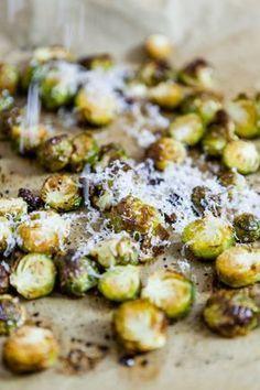Gerösteter Rosenkohl aus dem Ofen – Rosenkohlliebe #Beilage #Chiliflocken #eifrei #Gemüse #gerösteter Rosenkohl #gesund #glutenfrei #herzhaft #Honig #klein und fein #laktosefrei #ofengerösterer Rosenkohl #ofengeröstet #Olivenöl #Parmesan #Rezept #Rosenkohl #schnell und einfach #vegetarisch