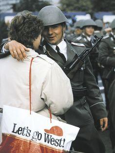 Nach Beendigung der Ehrenparade zum 40. Jahrestag der DDR umarmt ein NVA-Soldat eine Frau. Berlin, 1989. © AKG-Images / Rainer Klostermeister