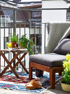 The kilim infuses this picture with colors Small Balcony Garden, Outdoor Furniture Sets, Outdoor Decor, Outdoor Ideas, Home Fashion, Decoration, Apartment Therapy, Exterior Design, Cosy