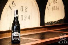 Amarone della Valpolicella, bo tak brzmi jego pełna nazwa, to ekstraktywne, gęste, potężne w smaku, charakterne, taniczne wino, które zaskakuje wszystkich tym, że pomimo swojej wytrawności potrafi być aksamitne, a momentami wręcz słodkawe.  Amarone Miler Podgórna Poznań 1