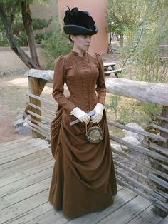 A very fine MIDDLE class day dress. Note the simplicity and the color compared to the ornate aristocratic dresse-- yet the quality itself is still very nice.