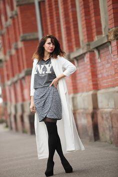 Look street fashion / jupe drapée  / sweatshirt New York, chaussettes hautes, longue veste blanche