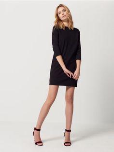Mohito - Pudełkowa sukienka z kieszeniami Klasyczna sukienka o ponadczasowym, uproszczonym fasonie z zaszewkami w okolicy pach, które atrakcyjnie podkreślają linię biustu. Dekolt w formie łódki. Obniżona linia talii z estetycznymi kieszeniami bocznymi.  Długi rękaw. Zapięcie na suwak przy karku.<br /><br />Wzrost modelki 180 cm<br />Modelka ze zdjęcia ma na sobie rozmiar S
