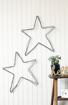 How to make a DIY wire star wall art Drahtkunst DIY Mehr Wire Hanger Crafts, Wire Hangers, Wire Crafts, Diy And Crafts, Christmas Crafts, Christmas Decorations, Christmas Stars, Star Diy, Ideias Diy