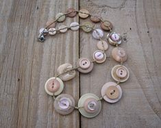 Button Necklace, Beaded Necklace, Button Jewellery, Diy Jewelry, Vintage Jewelry, Jewelry Making, Vintage Sewing Notions, Button Crafts, Vintage Buttons