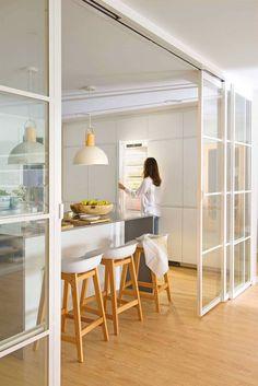 Un appartement ouvert à la lumière en Espagne - PLANETE DECO a homes world Green Kitchen Designs, Interior Design Kitchen, Kitchen Decor, Kitchen Furniture, Home Design, Cheap Home Decor, Diy Home Decor, White Tile Backsplash, Cuisines Design