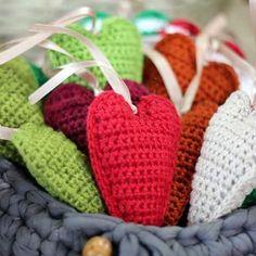 Para enfeitar a vida ❤ ----- Encomendas:  capitaganchocroche@hotmail.com ✈ Enviamos para todo o Brasil ----- #croche #crochetaddict #moderncrochet #artesanato #semprecirculo #brinquedos #feitocomamor #feitoamão #amigurumi  #crochetofinstagram #crochetlove  #presentes  #presentescriativos  #mimos  #fofura  #design  #love  #amigurumi #ganchillo #christmas #craftastherapy #heklanje #natal  #handmade  #design #yarnaddict #enfeites #decoration #heart