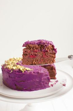 Delicious and easy grain-free chocolate cake with purple sweet potato frosting. The cake is also vegan and sugar-free. Healthy Dessert Recipes, Healthy Sweets, Gluten Free Desserts, Dairy Free Recipes, Cake Recipes, Sweet Potato Dessert, Sugar Free Baking, Purple Sweet Potatoes, Cake Tins