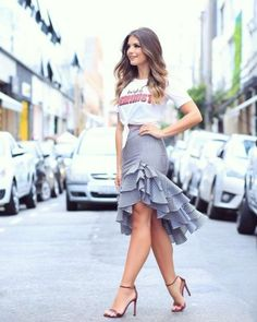 Rock Tricolor skirt with T-shirt by Nózinho ♥ ️ Alles ™ … – Casual Dress Outfits Skirt Outfits, Chic Outfits, Dress Skirt, Dress Up, Fashion Outfits, Ruffle Skirt, Fashion Skirts, Midi Skirt, Wrap Dress