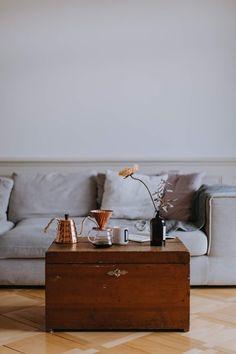 22 Awesome - Stunning Home Interior And Decor Ideas : Transcendent brown wooden chest box Home Interior Catalog, Ideas Para Organizar, Wooden Chest, Piece A Vivre, Easy Home Decor, Dream Decor, Living Room Decor, Decor Room, Bedroom Decor