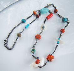 Collier avec des jaspes orange, turquoises, jaspes vertes et nacres : Collier par adrimag