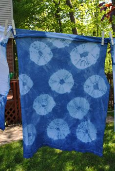 Earlier this week I shared with you my fun with Shibori tie dying and promised I would show you how I created each design ...so here we go Quarters Place quarters in lines on your fabric and secure in place with elastic bands Golf Balls Secure golf balls on your fabric with big fat elast