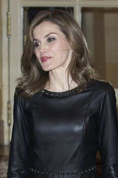 A Dña. Letizia le gusta el cuero de todos los colores, especialmente el negro. Cazadoras, parkas, vestidos y últimamente unos  pantalones c...