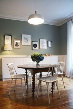 Dans le séjour de l'appartement parisien : l'espace salle à manger se fait convivial.