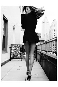 Sexy Gisele Bündchen poses above the New York City skyline on the Plaza hotel's Royal Terrace Suite balcony shot by Mario Testino and styled by Sarajane Hoare for the May 2009 issue of Vanity Fair. A beauty ! Mario Testino, Gisele Bundchen, Pernas Sexy, Modelos Fashion, High Fashion Photography, White Photography, Photography Poses, Photography Supplies, Paris Mode