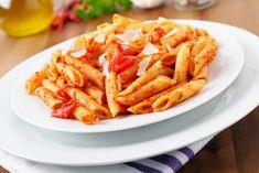 Wodka-Tomatensoße zu Penne rigate. Die geriffelte Pasta-Art Penne rigate wird in diesem Rezept für vier Personen mit einer Wodka-Tomatensoße serviert.