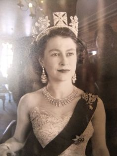Queen Elizabeth II wearing the King George IV State Diadem. King George had it made for his coronation but did not wear it. Queen Elizabeth wore it to her coronation, but the Imperial State Crown afterwards. Lady Diana, Glamour, Young Queen Elizabeth, Queen Liz, Princess Elizabeth, Princess Charlotte, Isabel Ii, Queen Of England, George Vi