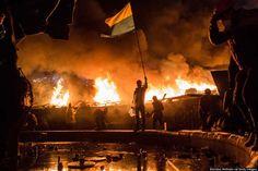 KIEV, UCRANIA, 19 DE FEBRERO: Manifestantes antigubernamentales custodian el perímetro de la Plaza de la Independencia, conocido como Maidan, el 19 de febrero de 2014 en Kiev, Ucrania. Después de varias semanas de calma, la violencia ha estallado de nuevo entre la policía y los manifestantes antigubernamentales, que piden el derrocamiento del presidente Viktor Yanukovich debido a la corrupción y el abandono de un acuerdo comercial con la Unión Europea.