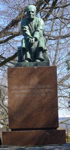 Alpo Sailo: Larin Paraske, 1949, pronssi - Hakasalmen puisto, Etu-Töölö