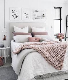 Небольшая спальня в пастельных тонах