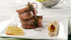 Lomo de venado envuelto en bacon con puré de castañas