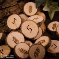 """Jeu de runes fait-main en bois, motif épi de blé, récoltes - """"Jēra"""""""