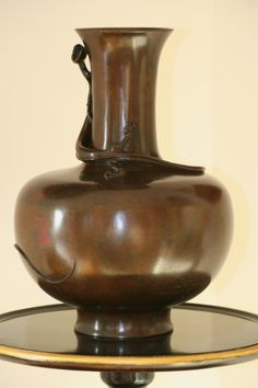 Vase en bronze à patine brune, Japon, Période Meiji