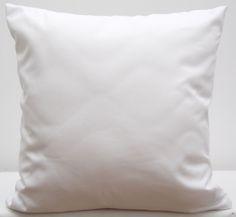 Białe poszewki dekoracyjne na poduszki