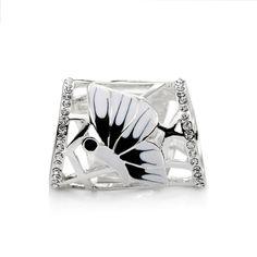 Luxusná ozdobná spona na šatky a šály zdobená dvojicou motýľov a žiariacimi kryštálmi po obvode celej ozdoby. Ozdoba je rúrkovitého vzhľadu, aby bolo jednoduché šatku prevliecť a naaranžovať. Motýľ je bielo čiernej farby a celá ozdobná spona je pozlátená striebrom. S touto luxusnou sponou s nádychom prírody budete vyzerať krásne.
